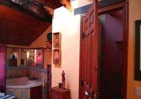 Dormitorio con baño y jacuzzi