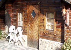 Bungalows de madera y banco blanco