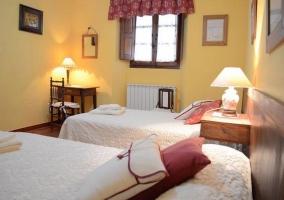 Dos camas y ventana