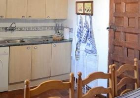 Cocina y mantel de cuadros en la mesa