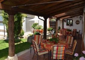 Mesa y sillas en el porche
