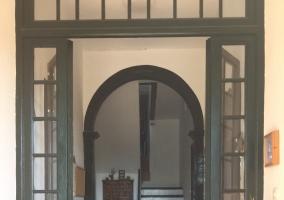 Fachada con ventanas y terraza