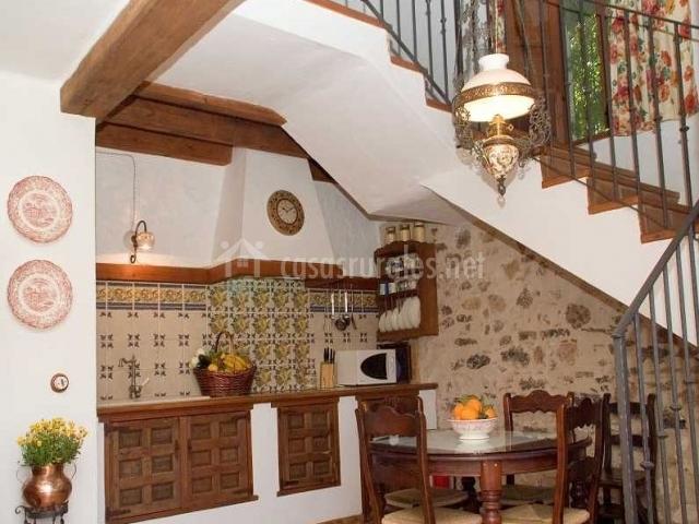cocina de la casa con escaleras