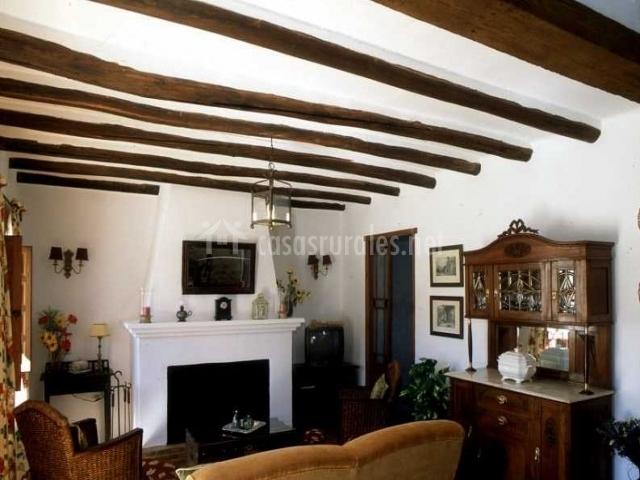 saln con techos con vigas de madera