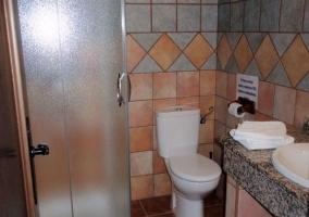 Ducha y toallas en el lavabo