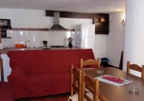 Sofás rojos y mesa