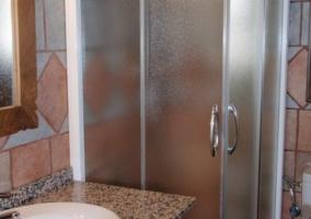 Cuarto de baño con plato de ducha en tonos marrones