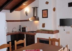 Mesa, chimenea y cocina