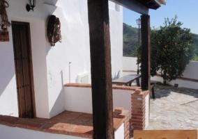 Entrada a la vivienda con vigas de madera