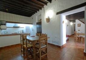 Cocina y mesas de madera