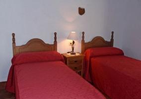 Dos camas y lámpara