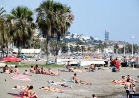 Gente en una playa malagueña