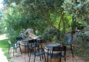 Barriles y sillas en el exterior