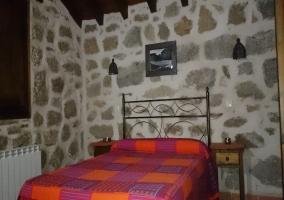 Dormitorio con colcha colorida