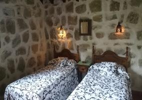 Dormitorio doble con colchas florales
