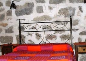 Dormitorio con cabecero de hierro
