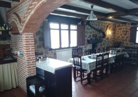 Mesa del comedor y cocina