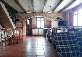 Sala de estar y vista de la cocina