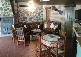 La sala de estar con sillones tapizados