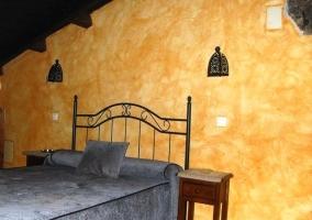 Dormitorio con cama amplia