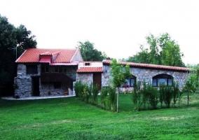 Fachada de la casa y jardines