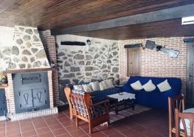 Sala de estar con chimenea enorme