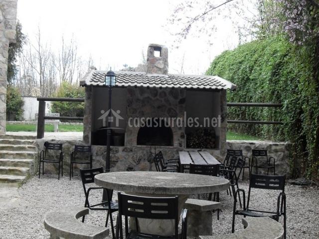 Barbacoa y mesas con sillas