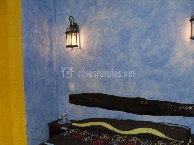 Dormitorio con pared de color azul