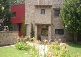 Vistas de la fachada y jardín