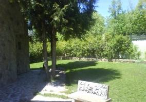 Exterior de la casa con bancos de piedra