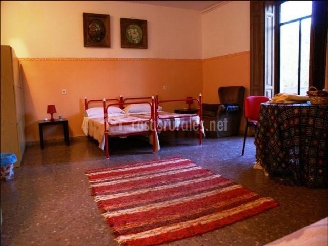 Dormitorio con armarios y camas individuales