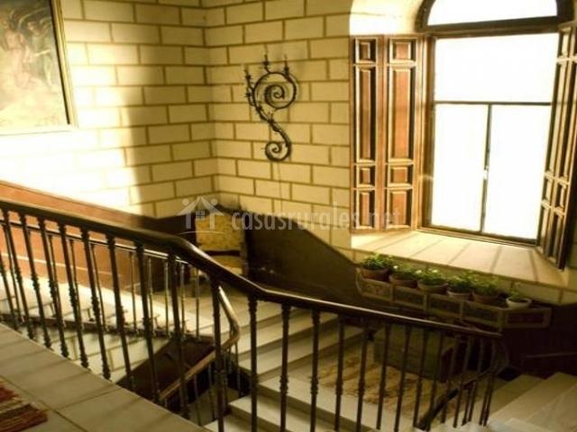 Escaleras de la casa con barandilla de forja