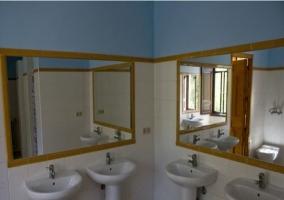 Aseos con lavabos y duchas