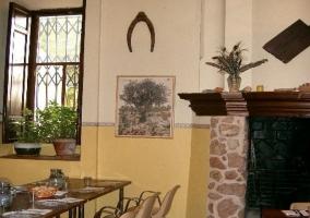 Comedor con chimenea en la casa