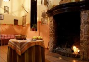 Comedor con chimenea y mesa auxiliar