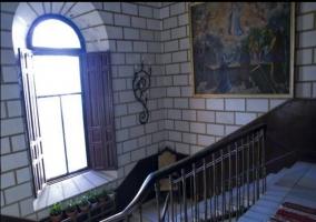 Escaleras con ventanal y plantas