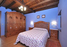Habitación de matrimonio con techo de madera
