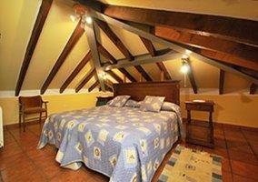Habitación doble con techo abuhardillado