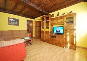 Salón completo y equipado con muebles de madera
