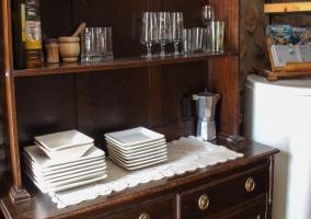 Mueble del comedor con vajilla