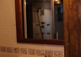 Cuarto de baño con ducha hidromasaje
