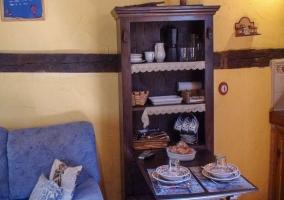 Salón con mobiliario rústico