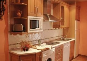 Cocina con lavadora y lavavajillas