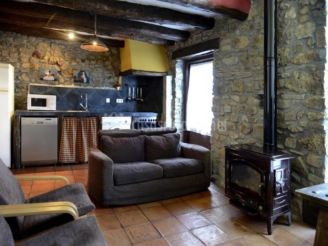 Cocina y sala con chimenea