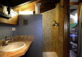 Cuarto de baño con techos de madera