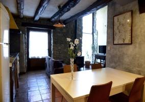 Mesa del comedor con florero