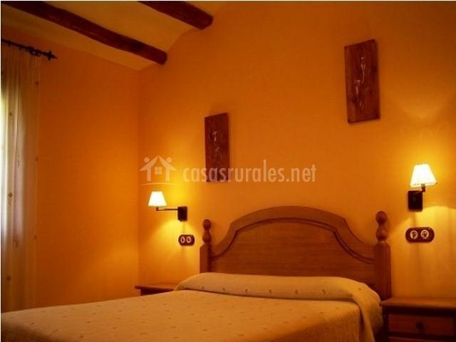 Dormitorio de matrimonio con mesillas de noche