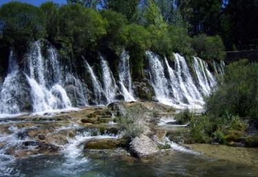 Zona natural con cascada en el entorno
