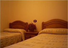 Dormitorio con camas individiuales y cabeceros de madera