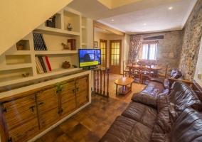 Sala de estar con la chimenea a un lado